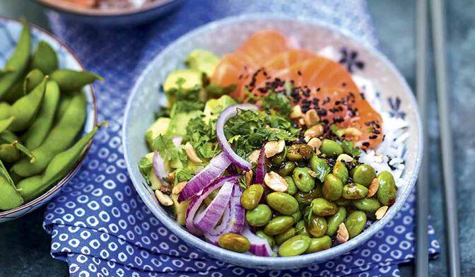 Poke bowl au saumon mariné, edamame, avocat et oignon rouge