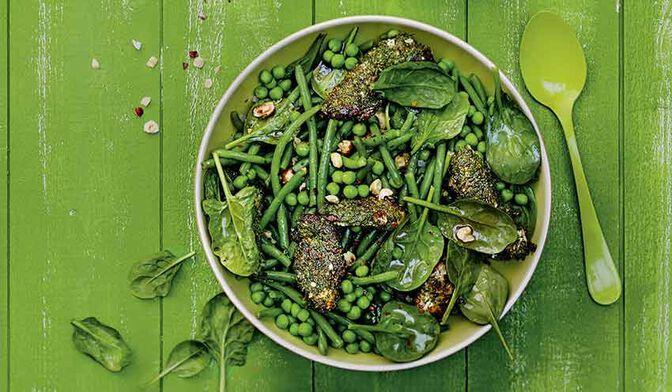 Salade de légumes verts et poulet pané aux herbes