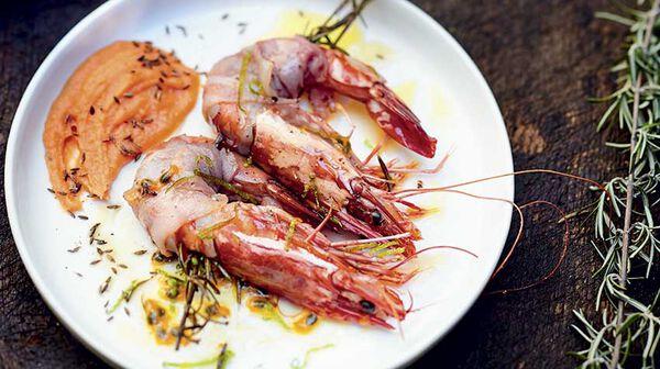 Crevettes au lard, mousseline patate douce-passion