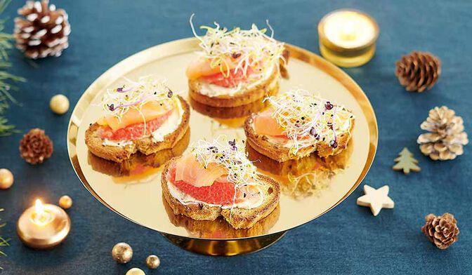 Toasts de saumon fumé au beurre d'herbes, pamplemousse et graines germées