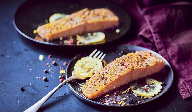 2 pavés de saumon mariné aromatisé au poivre et au citron