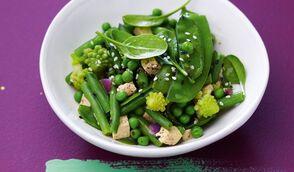 Wok de légumes verts au gingembre, tofu et sésame