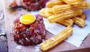 Tartare de bœuf au parmesan & churros de pomme de terre