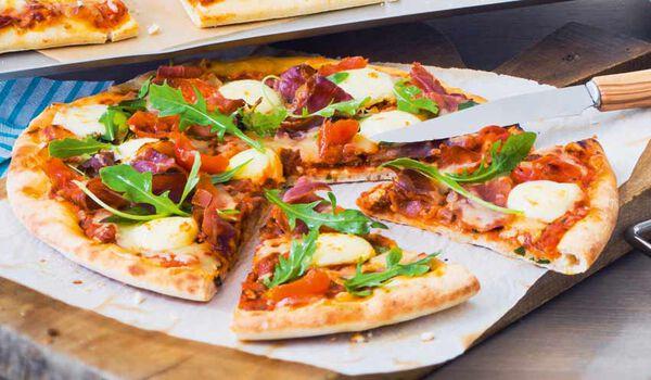 Pizza jambon speck, roquette, mozzarella