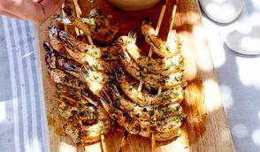 Brochettes de crevettes à l'ail et à l'estragon, sauce au yaourt et sésame