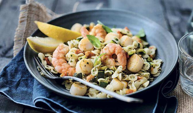 Crevettes, Saint-Jacques* et petites pâtes aux légumes, sauce au basilic
