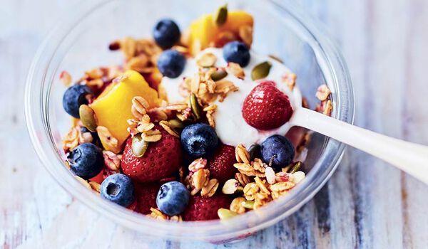 Bol de fruits au yaourt et au granola