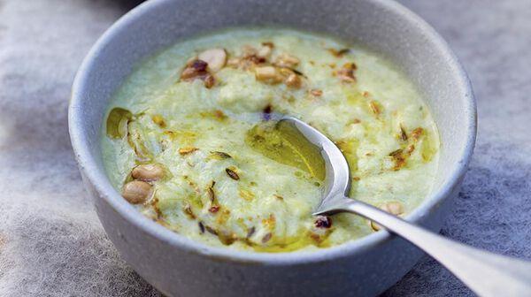 Soupe de poireau-coco, curry et cacahuètes