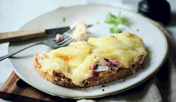 Tartine à la montagnarde, raclette, lardon, oignon