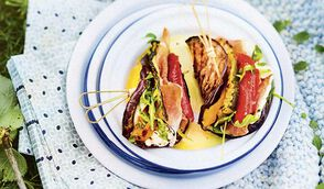 Sandwichs d'aubergine aux légumes du soleil, jambon italien et fromage