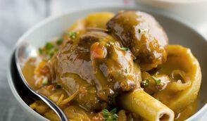 Souris d'agneau braisée à la tomate, aux artichauts et à l'anchois