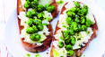 Bruschetta aux fèves, pesto de basilic et Pecorino Pepato par Alba Pezone