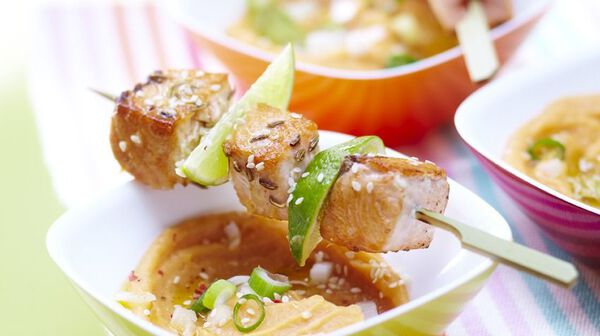 Brochettes de saumon mariné