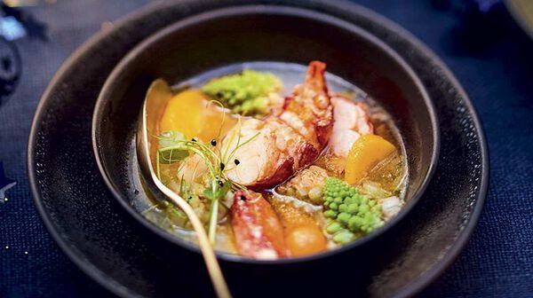 Nage de homard à la citronnelle et petits légumes