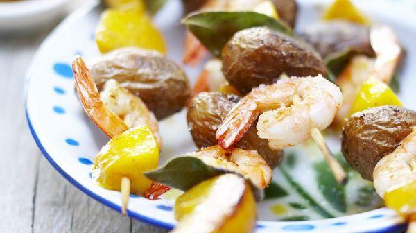 Brochettes de crevettes aux fruits épicés