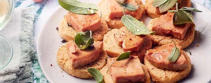 Petits sablés noisette-parmesan-sauge au foie gras