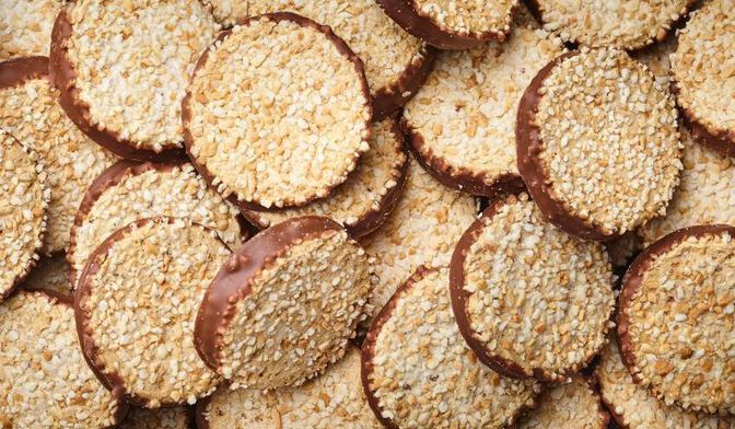 Biscuits meringués aux noisettes et chocolat au lait