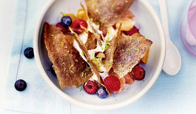 Crêpe croustillante au blé noir, agrumes et fruits rouges