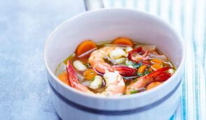 Bouillon aux légumes et crevettes pochées