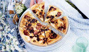 Tarte aux figues, chèvre frais et olives de Kalamata