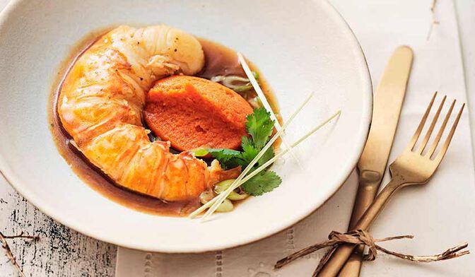 Queue de langouste pochée au beurre de curry vert et gingembre, mousseline de carotte aux agrumes confits, réduction aux parfums thaï