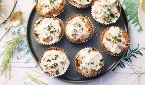 Mini-cakes marron-champignon, glaçage chèvre-herbes fraîches