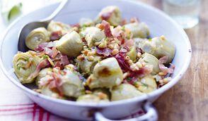 Petits artichauts poêlés, pignons, parmesan, speck