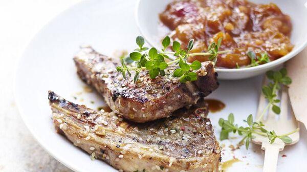 Côtes d'agneau marinées, chutney de mirabelles