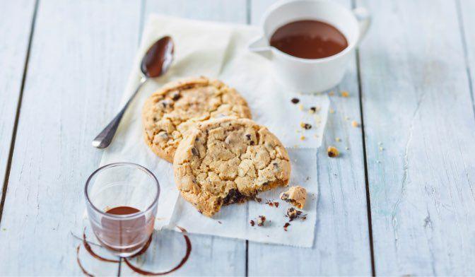 2 cookies moelleux aux pépites de chocolat