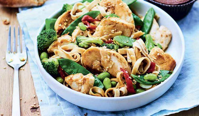 Emincés de poulet, tagliatelles complètes et légumes façon wok