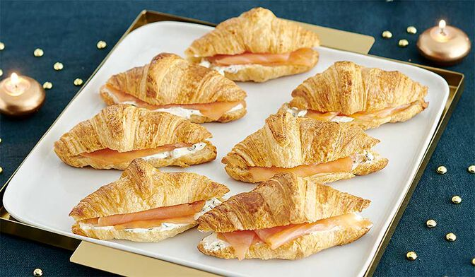 Mini-croissants au fromage frais, ciboulette, saumon fumé pour les enfants
