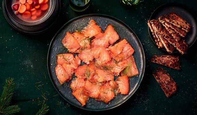 Gravlax de saumon à l'aneth, pickles de carottes et framboises