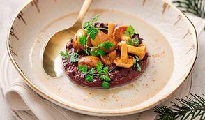 Velouté de marrons à la crème épaisse, boudin noir et pickles de girolles par Hélène Darroze