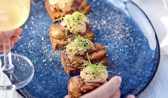 Toasts de pain d'épices, confit de mirabelle et mousse de foie gras