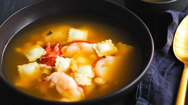 Bouillon de ravioles et homard à la citronnelle