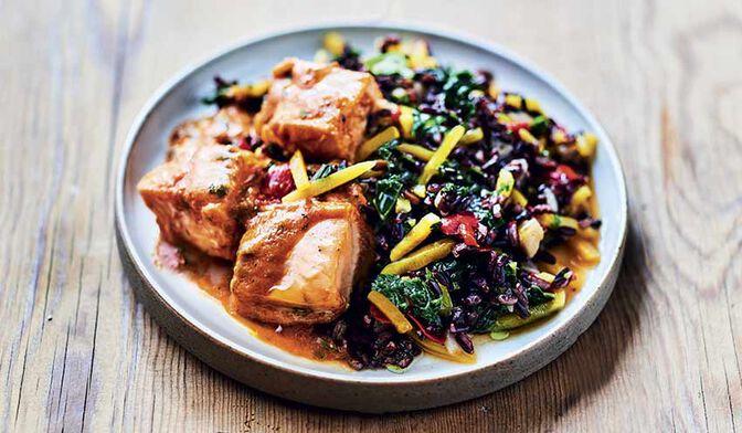 Saumon aux épices tandoori, riz noir et petits légumes