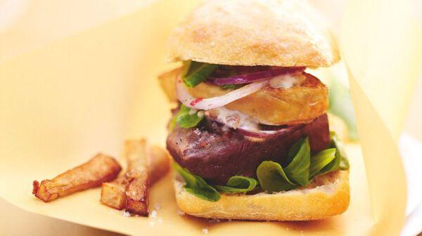 Burger de cerf et foie gras, sauce aux morilles, frites de topinambour