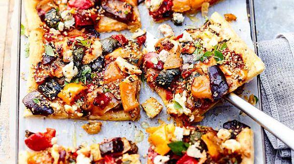 Tarte fine aux légumes grillés, sésame et feta