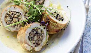Ballottine de poulet farci aux fruits secs et sauce aux champignons