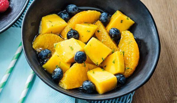 Salade de fruits bio, mangues, oranges,blueberries
