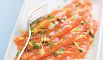 Emincés saumon mariné aux échalotes, zestes citron