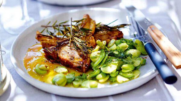 Côtes d'agneau au miel et à l'huile safranée, salade de fèves à la menthe