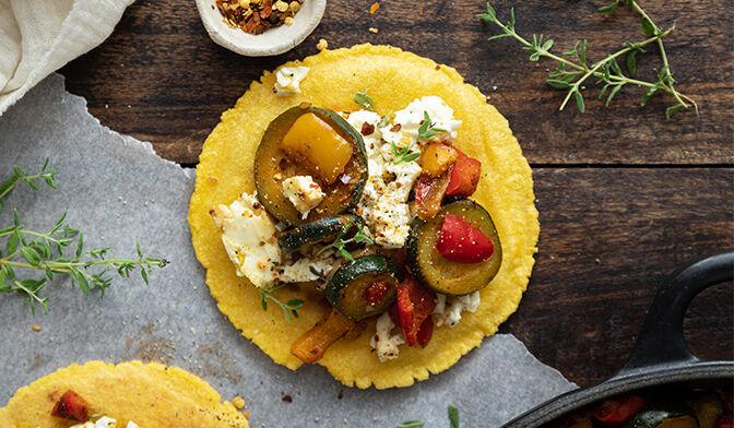 Tacos, feta marinée, courgette et poivron