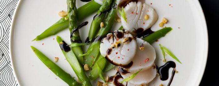 Salade d'asperges et de St-Jacques mi-cuites aux noisettes