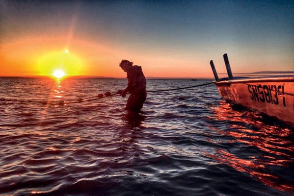 pêche en alaska au coucher du soleil